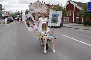 Så stor vagn behövdes egentligen inte. Lena Svensson och Sara Österholm, Hantverksprogrammet mode och kläder, togs sig från gymnasieskolan till Jonsparken med en skottkärra.