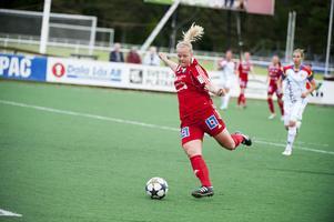 Sofie Wikström fick chansen från start och tackade genom att göra två mål. Här är hon på väg att lägga in 2–0.