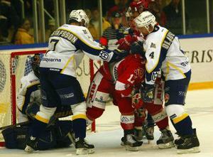 HV71 tog hand om Timrå. Detta trots att rödvitt länge hade grepp om matchen, men HV vände och vann emd 4 - 3.