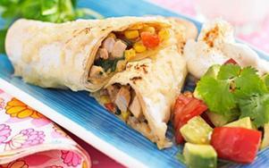 Servera enchiladas med sallad och en klick crème fraiche.