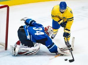 Loui Eriksson sätter sitt andra och Tre kronors tredje mål mot Finland.