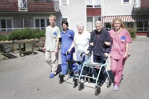 Alexander Wrangstål, Andrea Ekman och Madeleine Hulin promenerar gärna med makarna Valter och Märta Johansson, ibland ända ner till affären i byn.