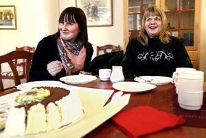 Elin Bergström och Marie Dahlman fick medaljer för sitt rådiga ingripande. Och tårta förstås.