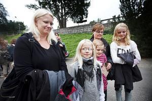 Både Lina Herranen och Hanna Scott (i mitten) tycker att Ronja Rövardotter är en spännande berättelse. Lina hade mamma Katarina Engberg (längst till vänster i bild) med sig. Bakom Hanna, hennes mamma Ellinor Nyblom och storasyster Emelie Scott.