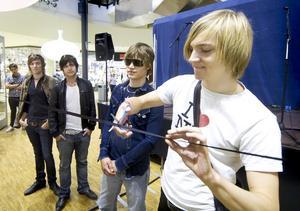 Invigde fotoutställningen. Carl Norén skötte bandklippningen till Emma Svenssons fotoutställning om Sugarplum Fairy och Mando Diao medan från vänster David Hebert, Jonas Karlsson och Victor Norén bidrog med sin närvaro.