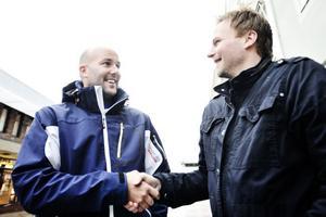 Rengsjös tränare Anders Olsson (tv) och Arbrås tränare Micke Rosén är helt överens om att ett samarbete måste till om fotbollen ska utvecklas i kommunen.
