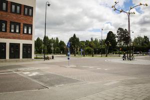 Det är på parkeringsytan intill kommunhuset och Ica som Bengt Forssén vill bygga nytt. Nu ska kommunen se över möjligheterna.