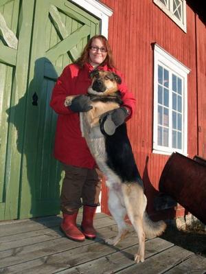 JOBBAR FÖR SYNS SKULL. Ockelbos optiker Veronica Holst Kallin kopplar av från jobbet hemma på gården i Lingbo, gärna tillsammans med hunden Kaxi.