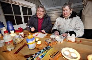 """MYSER I STUGAN. Lena Axelsson och Ingrid Grip är två av deltagarna som har nappat på studiecirkeln med besök i Hemlingby. """"Det är alltid bra att komma ut lite"""", säger Lena Axelsson, som bor på gruppboendet Nygården i Gävle."""