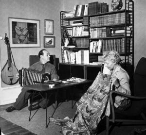 Johnny och Sonja Mattsson 1959 sitter och skapar framför samma hylla som står i minnesrummet på Johnny Mattssongården i dag.