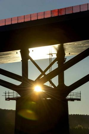 Solen och det fina vädret har satt sin prägel på brobygget – nu kan den öppnas i slutet av november.