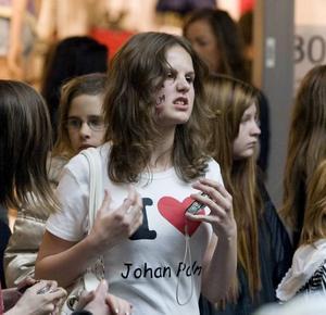 STORT JOHAN- FAN. Sara Wängmark från Edsbyn hade gjort en egen Jag älskar Johan Palm-tröja och i ansiktet hade hon skrivit hans namn.