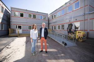Ann-Charlotte Låks och Hans Stockselius framför nya skolan. Inne är allt klart men inte ute.