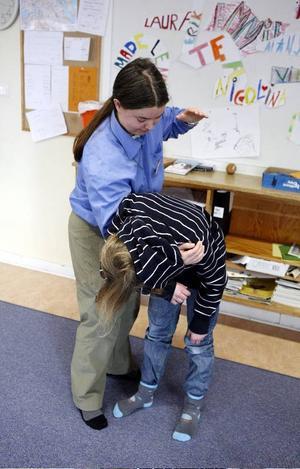 En dunk på  ryggen kan få en matbit att lossna om man satt i halsen. Cecilia  Agri lär ut grunderna i livräddningskunskap.