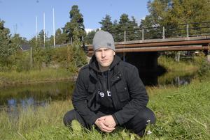 Tony Lagerström är allt annat än en gröngöling. Här har han dock tagit plats i gröngräset, men det är på isen han trivs bäst. Trots att han bara är 22 år förväntas han ta ett stort ansvar i årets MIK-lag. Foto:Jörgen Wåger