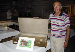 Börje Bergqvist visar upp Olle Nordmarks gamla kista, som hans teckningar och skisser nu förvaras i. Foto:Pär Sönnert