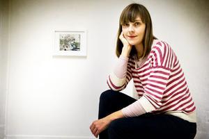 Helena Sundin öppnar sin utställning på Lokomotiv i dag. Hennes grafiska bilder är små släktkrönikor från Käxed där hon har sina rötter.