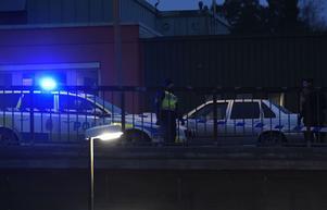 Polisens avspärrningar och tekniker på den plats nära Skärholmen centrum i Stockholm där en skottlossning ägt rum under onsdagen.