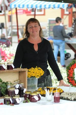 Helena Carlsson sålde hemgjord saft och sylt samt blomkransar och andra hantverk under lördagens Bonden på byn.