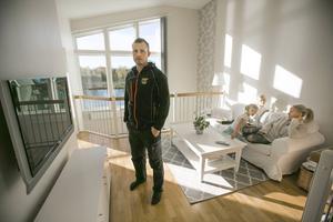 Adam Fältström stod mitt i skottlinjen men klarade sig tack vare stolpen. Rebecka satt i soffan när det small och flickorna var på nedervåningen.