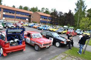 Rallybilarna stod uppställda på Centralskolans skolgård i väntan på start i går morse.