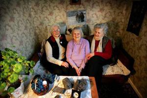 Heléne Nordmark, Birgit Engqvist och Astrid Lindgren är alla födda och uppvuxna i Mårdsjön. 84, 89 och 86 år är de. Alla tre är änkor sedan länge. Umgås gör de oftast per telefon.