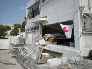 """Haitiska Röda korsets huvudkontor i Port-au-Prince. """"Det var ett av ställena som vi återkom till och vi höll till på gården. Det var många som kom dit för att de visste att där låg Röda korset. Vi var väldigt rädda för ras när det kom efterskalv och vi höll oss långt från huset."""""""