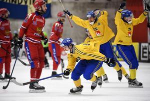 ...och första VM-guldet. Sekunderna innan bilden togs gjorde Adam Gilljam det avgörande 4–3-målet på tilläggstid i årets final mot Ryssland.