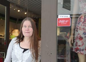– Man märker att när kunderna kommer in så har de varit ute och tittat på nätet, säger Marina Persson, affärsinnehavare i Borlänge centrum.