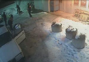 På bilden från övervakningskameran syns det hur 24-åringen ligger på marken och hundföraren passerar några meter bort.