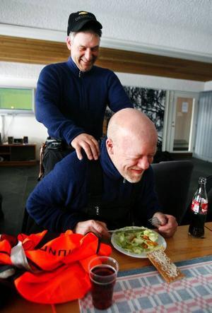 En hamburgertallrik och lite massage av kompisen Peter Edelbrock gör susen. Peter har lånat ut sex hundar till Claes Arvidsson i årets race.