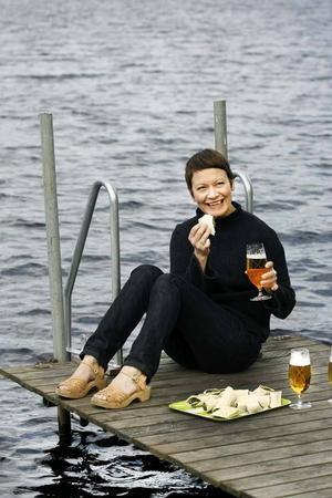 Tunnbrödsrullar och en öl smakar ljuvligt på bryggan.