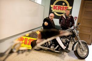 Lasse Liljegren på sin Harley Davidson, flankerad av Steve Holm. De är ledare för Kris MC i Örebro. Det är landets första mc-klubb för Kriminellas revansch i samhället.