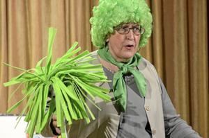 Berit Jansson som en städtant på kommunhuset i Lindesberg.