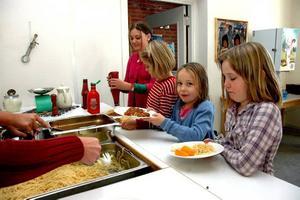 HUNGRIGA. Tessie Andersson, Moa Ivarsson, Alva Wikholm och Matilda Nyholm förser sig av den hemlagade maten.