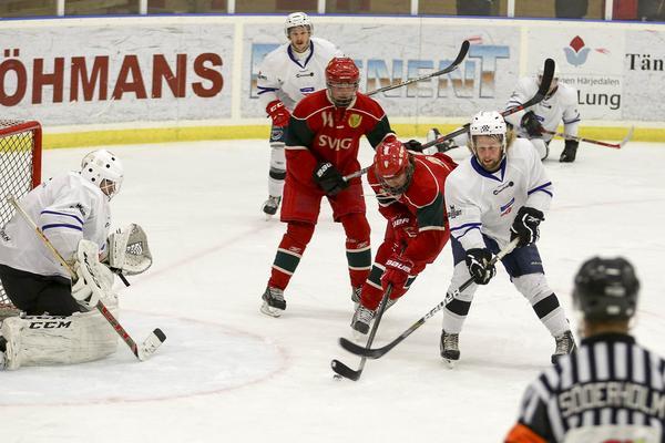 Mattias Bergström tråcklar sig fram och gör 1-0 till Sveg.