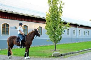 Hanna Nilsson har sin ponny uppstallad på en stor anläggning två kilometer från sin bostad.