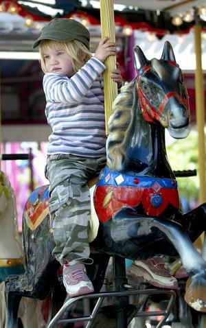 Spännande ritt. Barnkarusellen var en höjdare för de yngsta. Här är det Hanna Bratt som väntar på att få rida runt på en färgglad karusellpålle.