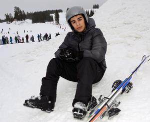 Meraj, 16, åkte skidor för första gången i sitt liv och tyckte det var kul, men en paus i snön satt också skönt.