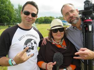 Duon Micke Blazquez och Agneta Sjöblom tillsammans med filmare Jörgen Svendsen.