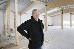 Inomhus exponeras bilarna på ett bättre sätt, konstaterar Mats-Olov Mattsson.