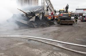 Vad som orsakat elden vet man inte i nuläget. Polisens tekniker ska undersöka platsen vidare efter att branden är släckt.