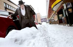 Göran Perzon är förbannad på kommunen för den dåliga snöröjningen i centrala Gävle. Han säger att de höga snövallarna hindrar kunderna att ta sig till hans pantbank.