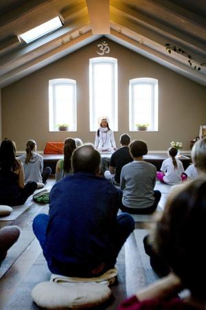 INTRODUKTION. Yogaläraren Lillian Pettersson gav på lördagen en gratis introduktion till yoga som träningsform. Förutom att prova på olika asanas, yogiska övningar, introducerade hon även deltagarna till djupavslappning, kallad Yoga Nidra.