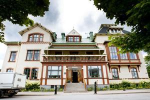 De ekonomiska oegentligheterna som ska ha pågått under fem år och omfattar över en miljon kronor, ska ha skett inom Sandvik Besöksservice AB som sköter om Bruksmässen och hotellverksamheten vid Bruksgården.