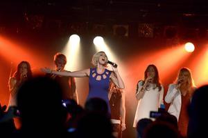 Sanna Nielsen har arbetat hårt för att locka fans under upptakten till schlager-EM. Här sjunger hon för beundrare på Euroclub i Köpenhamn.   Foto: Janerik Henriksson/TT
