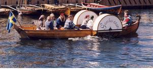 På väg. Snart är vevslupen Gamla Stans hemmahamn Leksand. Ägaren Marcus Forsell har donerat båten till kommunen tack vare Hoff Sven Hedlunds idoga forskande.