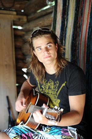 . Det genuina med oss är att vi skapat allt själva, säger Lars som skriver en del egna låtar och spelar gitarr också.