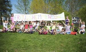 Barnen hade gjort skyltar till marschen från Brotorget, där en del var utklädda och en del spelade på maracas.