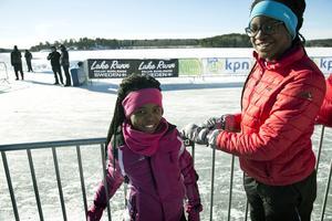 Noelle and Nosiphi har rest från Holland för att heja på åkarna från deras klubb Kudelstaart. Noelle åker redan långa distanser själv och kommer kanske att tävla  i Falun om några år.